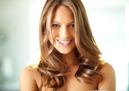 capelli biondi: Giovane ragazza sorridente, affascinante a porte chiuse