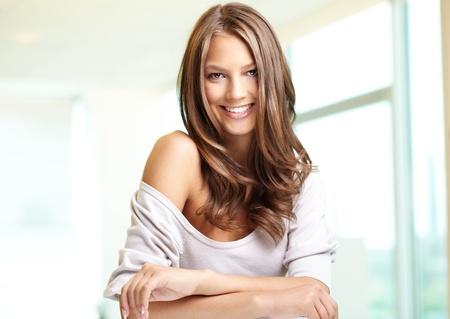 mooie vrouwen: Jonge mooie vrouw kijkt naar camera