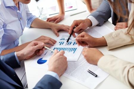 colaboracion: Negocios equipo de an�lisis de la situaci�n actual en la empresa para obtener mejores resultados en el futuro Foto de archivo