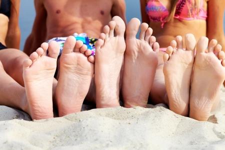 piedi nudi ragazzo: Suole di adolescenti prendere il sole sulla spiaggia di sabbia