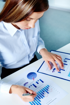 recursos financieros: Vertical de la imagen de la empresaria de trabajo con el documento financiero Foto de archivo