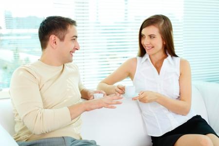 amigas conversando: Foto de dos socios para negocios en ropa casual hablar mientras se está sentado en la oficina