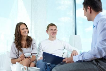 ubezpieczenia: Uśmiechnięta agenta ubezpieczeniowego co propozycję firmy do uroczą parę