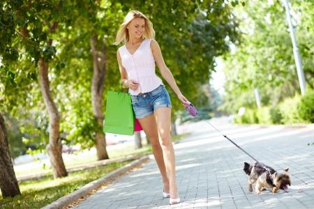 mujer perro: Retrato de mujer feliz paseando con su mascota en el ocio