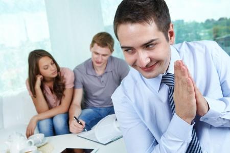 firmando: El mal agente de bienes raíces de estar contento haciéndole aceptar un contrato falso para sus clientes