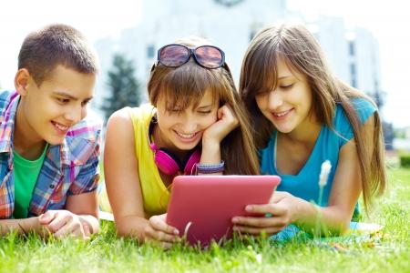 adolescentes estudiando: Adolescentes ser arrastrado con el personal en la pantalla Foto de archivo