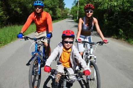 actividades recreativas: Grupo de los ciclistas despu�s de una larga carretera asfaltada