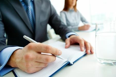 摘要: 商人正準備在研討會上做筆記
