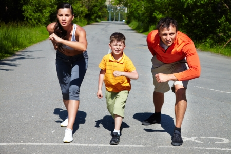 sportsman: Los corredores de la competencia de pie en la l�nea de salida listo para ir Foto de archivo