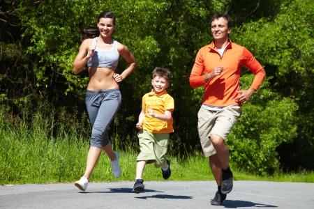 ropa deportiva: Correr encantadoras de la familia, al aire libre Foto de archivo