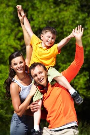 Familia que se divierten en el verano, las emociones positivas sólo