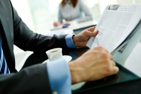 Gros plan d'un homme d'affaires la lecture des dernières nouvelles