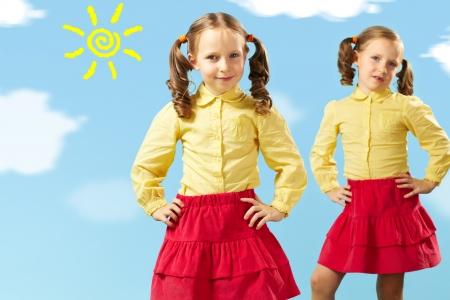 faldas: Retrato de dos ni�as inteligentes en ropa elegante posando delante de la c�mara