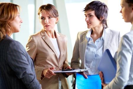 Vrouwelijke leider van het business team bezorgd zijn over de resultaten van het werk