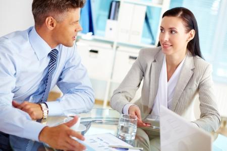 Erfolgreiche Business-Menschen sprechen über die Bedingungen ihrer Geschäftsverbindung