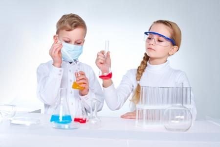 Prodigy: Młodzi naukowcy mieszania substancji chemicznych w lad