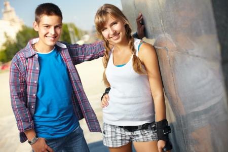 niño y niña: Retrato de dos amigos adolescentes en un entorno urbano en un día de verano Foto de archivo