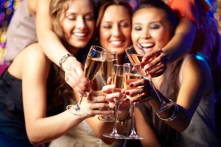 clinking: Chicas alegres tintineo copas de champ�n en la fiesta Foto de archivo