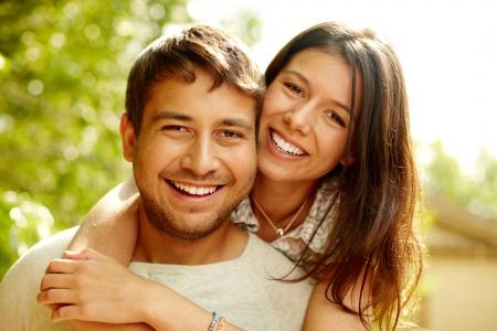 embracing couple: Retrato de una pareja feliz riendo a la c�mara Foto de archivo
