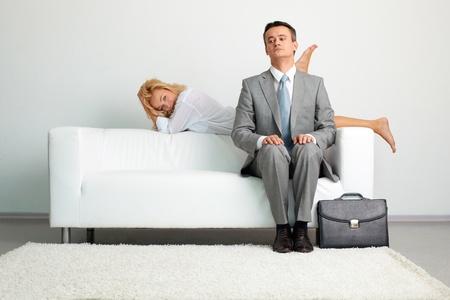 seducing: Playful ragazza sexy sedurre l'uomo d'affari che sembra quasi spaventata della sua attivit�