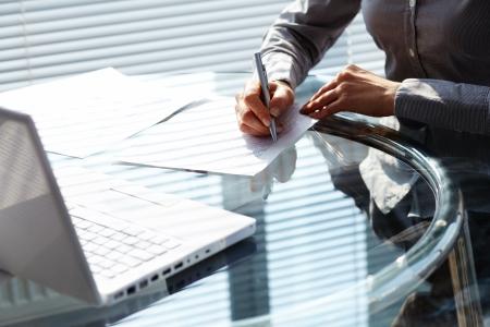 secretaria: Negocios mujer poner firmas en los documentos