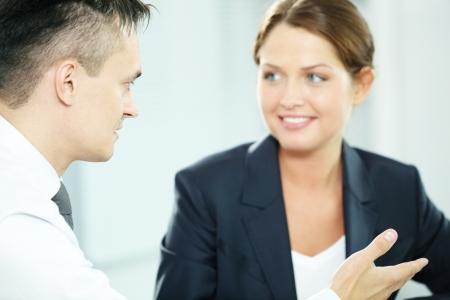 dialogo: Un gerente de hombre que mira a socio de negocios durante la conversaci�n