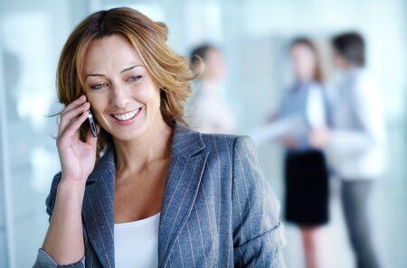 persona llamando: Imagen de la empresaria muy llamando por tel�fono en el entorno de trabajo Foto de archivo