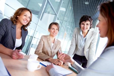 会議で同僚に聞く成功の女性のイメージ