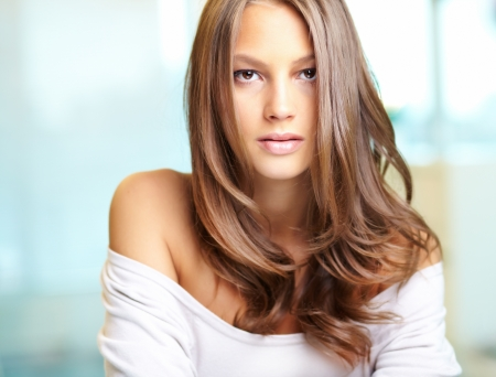 maquillage: Young beautiful woman looking at camera