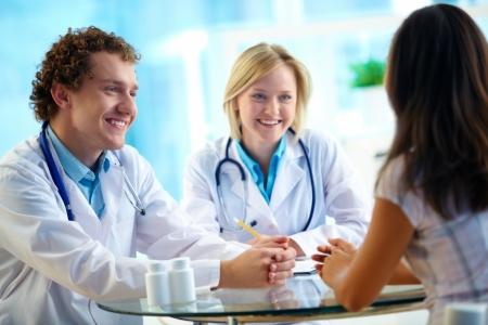 personas comunicandose: Retrato del paciente confía en los profesionales de consultoría en el hospital
