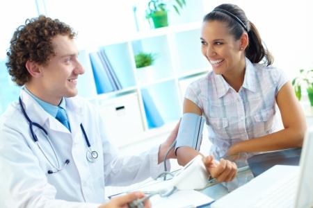 arzt gespr�ch: Doktor Messung des Blutdrucks von Patienten bei medizinischen Beratung