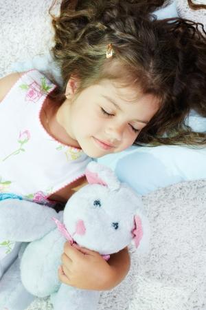 ni�o durmiendo: Retrato de dormir chica encantadora con teddybear Foto de archivo