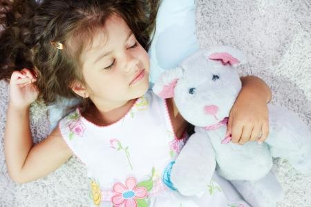 niño durmiendo: Retrato de dormir chica encantadora con teddybear Foto de archivo