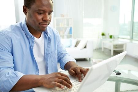 learning computer: Immagine di giovane africano, digitando sul computer portatile Archivio Fotografico