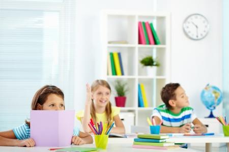 Retrato de los niños atentos escuchando al profesor en la lección Foto de archivo - 15095961