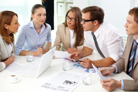 colaboracion: Imagen de socios de confianza mirando a su colega en la reuni�n