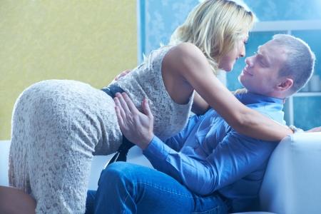 Ehefrauen: Passionate Paar umarmt und sahen einander