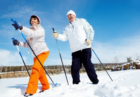 Portrait of mature couple skiing outside Imagens