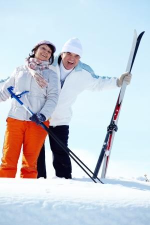 pareja madura feliz: Retrato de pareja madura feliz riendo de esquiadores