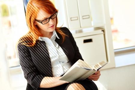 mujer leyendo libro: Retrato de atractiva empresaria o estudiante leyendo un libro Foto de archivo