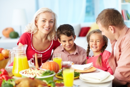 comida de navidad: Retrato de familia feliz se reunieron en la mesa de fiesta de Acción de Gracias Día
