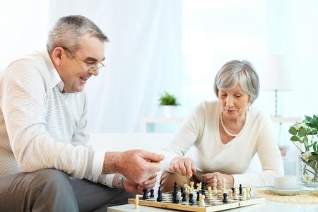 ajedrez: Retrato de pareja de juego de ajedrez alto en el ocio Foto de archivo