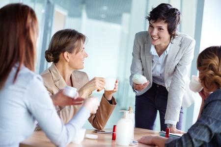 productos de belleza: Imagen de cuatro empresarias hablando de productos de belleza a la rotura