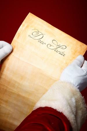 weihnachtsmann: Close-up der Weihnachtsbrief in Santa Claus H�nden