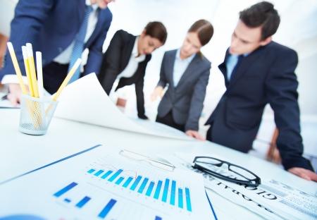 財源: 会議での青写真を議論するエンジニアの背景上のビジネス オブジェクト 写真素材