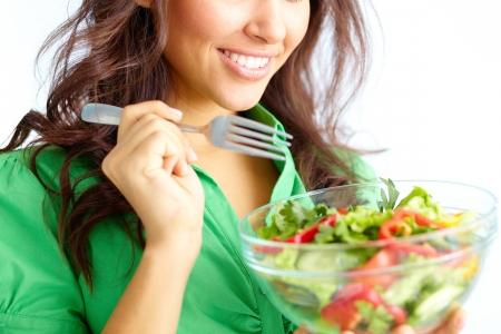 ni�a comiendo: Primer plano de ni�a bonita come la ensalada de las verduras frescas
