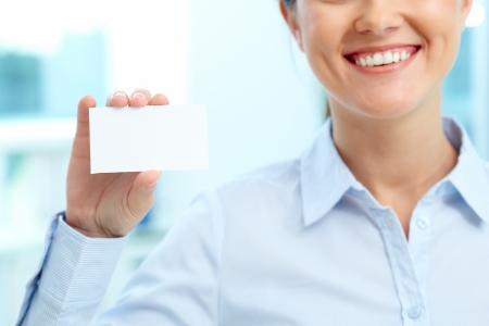 identidad personal: Primer plano de la tarjeta en blanco se muestra por la empresaria joven sonriente Foto de archivo