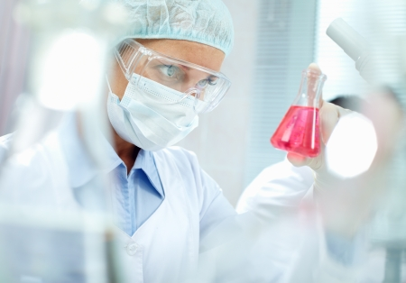 laboratorio clinico: Retrato de un químico que sostiene un tubo con líquido Foto de archivo