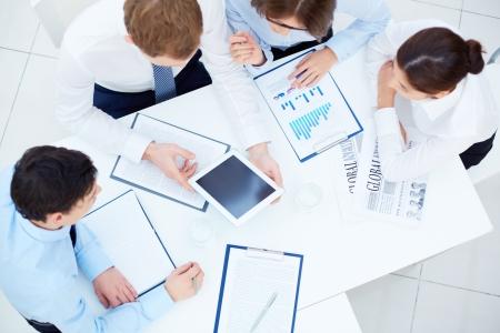 계획: 회의에서 작업을 계획하는 동안 상호 작용하는 비즈니스 파트너 그룹 스톡 사진