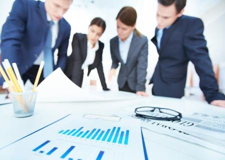 recursos financieros: Los objetos de negocio en el fondo de los ingenieros discutiendo mecanismos a cumplir